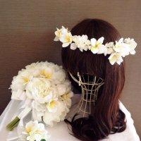 シャクヤクとプルメリアのクラッチブーケ、花冠、ブートニア付き
