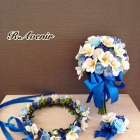 (青色リボン)水色、ホワイトローズ、ブルーデルフィニウム、プルメリアのクラッチブーケ、花冠、ブートニア付き