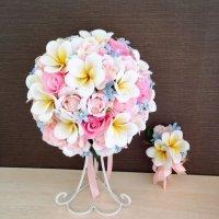 プルメリア、ピンクのバラ、ブルースターのラウンドブーケ、ブートニア付き