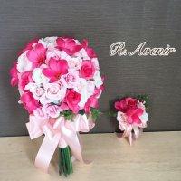 ピンクのプルメリアとピンクと白バラのクラッチブーケ、ブートニア